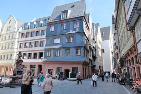 Keine Rekonstruktion, sondern neu entworfen: Das Haus Markt 14 am Hühnermarkt. Architekten Johannes Götz und Guido Lohmann. © Foto: Diether v. Goddenthow