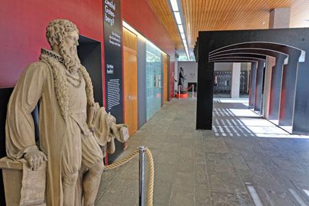 """Die Skulptur Johannes Gutenbergs wurde vom Sockel im Gang des """"Römischen Kaisers"""" ins Foyer des Schellbaus umgezogen, von wo aus der Erfinder des Buchdrucks die Besucher begrüßt.© Foto: Diether v. Goddenthow"""