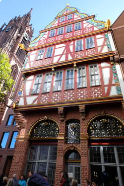 Die goldene Waage, eines der schönsten restaurierten Häuser in der Altstadt. © Foto: Diether v. Goddenthow