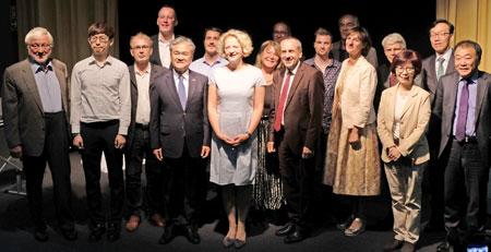 Gruppenfoto aller aktiv an der Ausstellung Beteiligten . © Foto: Diether v. Goddenthow