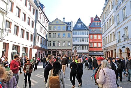 Sie haben sich die neue Altstadt zu eigen gemacht. Frankfurter und Besucher, hier auf dem Hühnermarkt mit Stoltz-Denkmal, sind einfach stauend beglückt über soviel atmosphärisch angenehme Architektur. © Foto: Diether v. Goddenthow