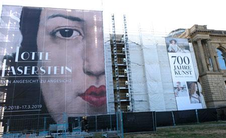 Zur Zeit wird die Fassade des Städelmuseums erneuert, was aber der Kunst im Inneren keinen Abbruch tut. © Foto: Diether v. Goddenthow