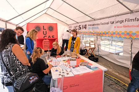 Bereits während des Museumsuferfestes Ende August gab es im LUCAS-Zelt Infos über die vielfältigen Mitmachangebote während der Festivalwoche. © Foto: Diether v. Goddenthow