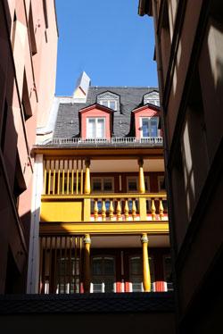 Blickachse zur Hinterseite des Rebstockhofes. © Foto: Diether v. Goddenthow