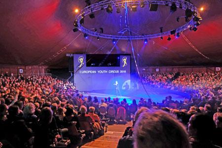 1.300 Besucher applaudierten den Artisten des European Youth Circus minutenlang. In einer dreistündigen Vorstellung haben die Preisträgerinnen und Preisträger des European Youth Circus qualitativ erstklassige Artistik geboten. © Foto: Diether v. Goddenthow