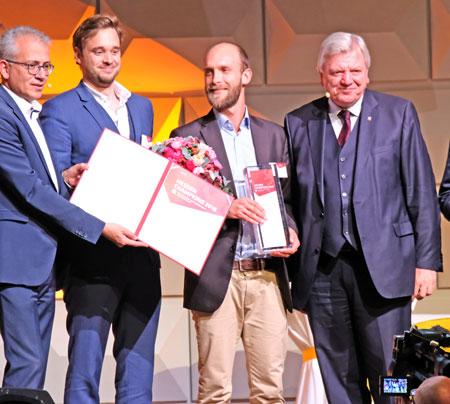 Der Preis der Kategorie Innovation ging zum einen an die Air Profile GmbH (Kassel), hier eingerahmt links von Wirtschaftsminister Tarek Al-Wazir und rechts von Ministerpräsident Volker Bouffier. © Foto: Diether v. Goddenthow