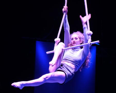 Nina Sugnaux (17) atemberaubende Künste am Trapez. © Foto: Diether v. Goddenthow