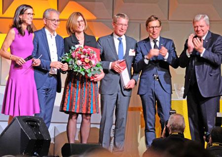 Gewinner Kategorie Jobmotor:  Wagner GmbH & Co. KG, Fulda, hier eingerahmt links von Moderatorin Corinna Egerer und Wirtschaftsminister Tarek Tarek Al-Wazir, rechts von Wolf Matthias Mang. Präsident der  (VhU) und Ministerpräsident Volker Bouffier. © Foto: Diether v. Goddenthow