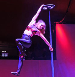 Sophia Dragala (20), Darbietung am Chinesischen Mast u. Pole Dance.© Foto: Diether v. Goddenthow
