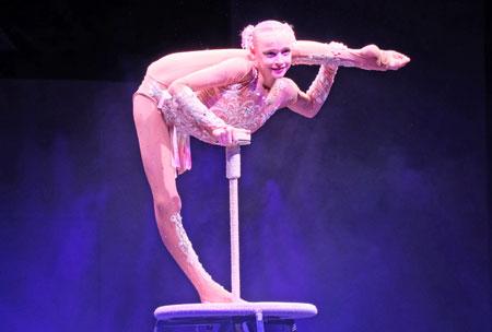 """Valeriia Davydenko (13) mit ihrer Equilibristik wie aus dem """"Schwansee"""".© Foto: Diether v. Goddenthow"""