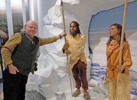 Prof. Dr. Wilfried Rosendahl, Direktor der Reiss-Engelhorn-Museen und Ausstellungskurator , stellt Urs und Lena,  die  beiden Reiseführer der Eiszeitsafari vor.  Menschen der Eiszeit haben vor etwa 30 000 bis 12 000 Jahren gelebt. Vor 30 000 Jahren  hatten sie noch eine etwas dunklere Hautfarbe vergleichbar mit der heutiger  Marokkaner. Der Homo sapiens sapiens, vor zirka 40 000 Jahren aus Afrika gekommen, hat sich auch mit dem hier lebenden Neandertaler vermischt.  © Foto: Diether v. Goddenthow