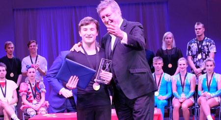 Alexander Mitin erhielt den Preis von  Jury-Sprecher und Tigerpalastchef Johnny  Klinke überreicht. © Foto: Diether v. Goddenthow