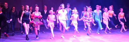 Impression der von Sonia Bartuccelli  choreografisch gut inszenierten Tanzdarbietung  beim Entrée  des European Youth Circus.  © Foto: Diether v. Goddenthow