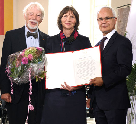 Jan und Aleida Assmann mit dem Vorsteher des Börsenvereins, Heinrich Riethmüller © Foto: Tobias Bohm