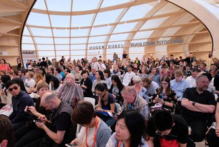 Der neue Frankfurt Pavilion war Publikumsmagnet und ist neues Wahrzeichen der Frankfurter Buchmesse. © Foto: Diether v. Goddenthow