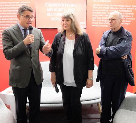 Kunst- und Kulturminister Boris Rhein eröffnete heute gemeinsam mit Barbara Jost vom Landesverband des Börsenvereins und Hartmut Holzapfel vom Hessischen Literaturrat den Gemeinschaftsstand. © Foto: Diether v. Goddenthow