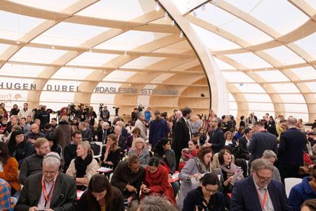 Das neue Wahrzeichen der Buchmesse: Der Frankfurt Pavilion, hier bei der Eröffnungspressekonferenz am 9.10.2018 © Foto: Diether v. Goddenthow