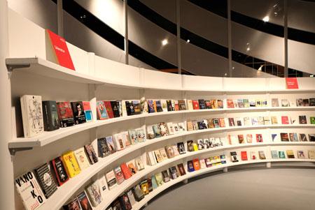 Bücherschau im georgischen Ehrengast-Pavillon im Forum der Frankfurter Buchmesse.  © Foto: Diether v. Goddenthow