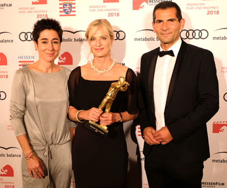 Preisträgerin Dr. Ina Knobloch mit ihren Laudatoren, Dunja Hayali und Siri Sirin. © Foto: Diether v. Goddenthow
