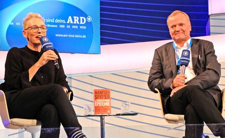 Bärbel Schäfer talkt mit Professor Dr. Dr. Manfred Spitzer im ARD-Forum auf der 70. Frankfurter Buchmesse am 10. Oktober 2018 über die Risiken und Nebenwirkungen  unkontrollierten Smartphone-Konsums bei Kindern und Jugendlichen. © Foto: Diether v. Goddenthow