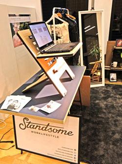 Der Standsome-Schreibtischaufsatz zum Arbeiten am PC im Stehen, genial einfach, aber hoch innovativ, überzeugte auf dem Köngress der Gründerförderer. © Foto: Diether v. Goddenthow