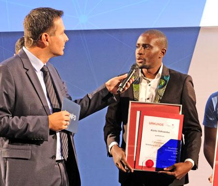 Kizito Odhiambo (Agribora-Wetterstation) beim Siegerinterview mit Dirk Wagner. © Foto: Diether v. Goddenthow