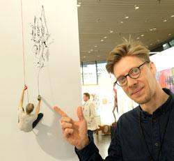 Der Berliner Künstler und Designer Peer Kriesel liefert und mal auch im Haus seiner Auftraggeber. © Foto: Diether v. Goddenthow