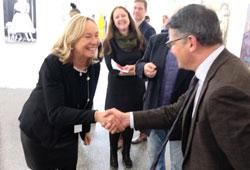 Frankfurts renommierte Galeristin Barbara von Stechow begrüßt Minister  Boris Rhein auf ihrem Stand. © Foto: Diether v. Goddenthow
