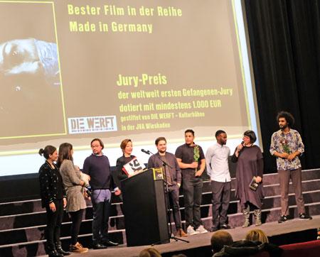 """Jury-Preis der weltweit ersten Gefangenen-Jury """"Das Brett"""", gestiftet von Die Werft - Kulturbühne in der JVA Wiesbaden. © Foto: Diether v. Goddenthow"""