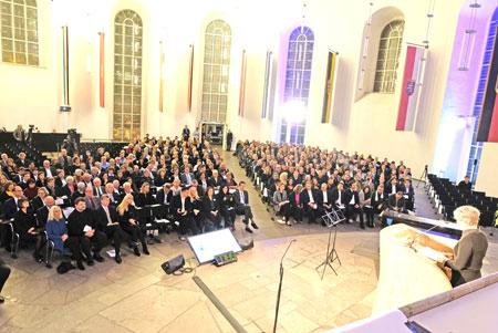 Dr. Ina Hartwig, die Kulturdezernentin der Stadt Frankfurt am Main, begrüßt die 800 Gäste zur feierlichen Verleihung des Hochhauspreises 2018 in der Frankfurter Paulskirche. © Foto: Diether v. Goddenthow