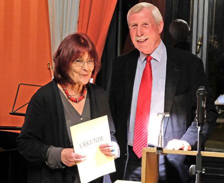 Stadtrat Helmut Nehrbaß überreicht der Schriftstellerin Eva Demski die Urkunde zum George-Konell-Preis 2018. © Foto: Diether v. Goddenthow