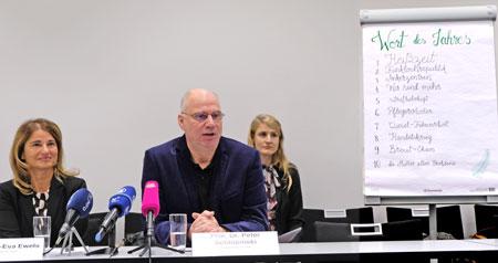 Dr. Andrea-Eva Ewels, Geschäftsführerin der Gesellschaft für Deutsche Sprache und Prof. Dr. Peter Schlobinski, Vorsitzende der Gesellschaft für Deutsche Sprache sowie Annika Hauzel (im Hintergrund)  geben das Wort des Jahres 2018 bekannt.  © Foto: Diether v. Goddenthow