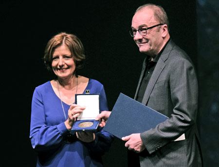 Für seine Verdienste um die deutsche Sprache hat Ministerpräsidentin Malu Dreyer den österreichischen Schriftsteller Robert Menasse mit der Carl-Zuckmayer-Medaille 2019 ausgezeichnet. © Foto: Diether v. Goddenthow