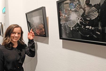 """Laura de Luca vor zwei ihrer """"dualistischen"""" Foto-Arbeiten (Silbergelantine Print). Im  gleißenden Gegenlicht scheinen sich die Grenzen  der bis ins tiefste Dunkel reichenden Blätter aufzulösen, ja sich zu zersetzen, zu transformieren. © Foto: Diether v. Goddenthow"""