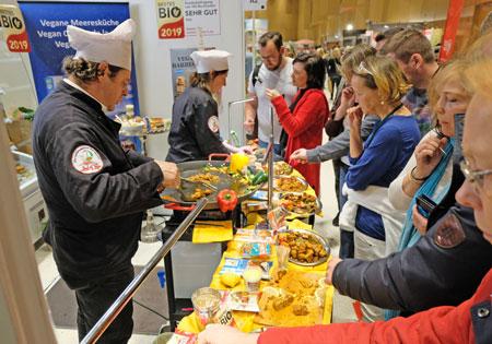 Durchprobieren auf der Veggie-World Wiesbaden, vom 8. bis 10.Februar 2019 im RMCC. © Foto: Diether v. Goddenthow