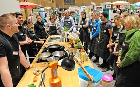 Veganes Gemeinschaftskochen am Neuform-Stand. © Foto: Diether v. Goddenthow