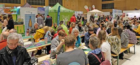 Impression von der Veggie-World Wiesbaden. Man kann hier auch Veggie-Bürger und viele andere vegane  Gerichte an Ständen kaufen. © Foto: Diether v. Goddenthow