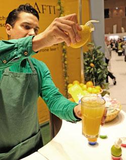 Eine gelungene preiswerte Innovation ist mit Sicherheit der Safti, mit dessen Hilfe man den Saft der Zitrusfrüchte direkt von der Frucht ins Glas zu gießen vermag.© Foto: Diether v. Goddenthow