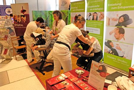 """Sehr beliebt sind die kostenlosen Testbehandlungen am Stand """"Mobiles Shiatsu.© Foto: Diether v. Goddenthow"""