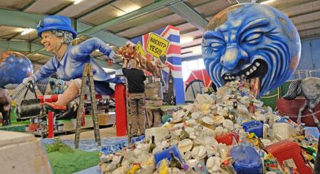 """""""Zum Kotzen"""" , während die Welt, insbesondere die Weltmeere  im Plastik-Müll verversinken, versucht auf dem hinteren """"Brexit-Wagen"""" Queen Elisabeth einen Asylantrag in die EU zu stellen. © Foto: Diether v. Goddenthow"""