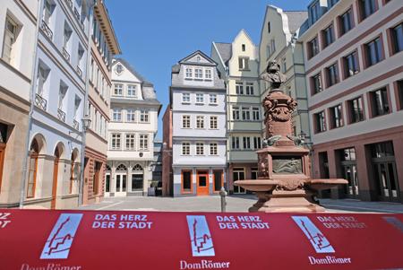 Hühnermarkt mit Stoltze-Brunnen der teilrekonstruierten Frankfurter Altstadt.  © Foto: Diether v. Goddenthow