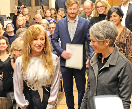 Cindy Sherman mit Dr. Ina Hartwig und  Kolja Reichert im Kaisersaal des Frankfurter Römers. © Foto: Diether v. Goddenthow