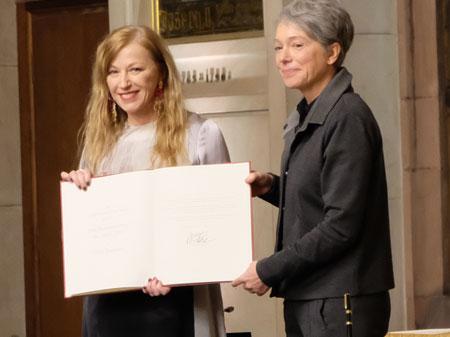 Kulturdezernentin Dr. Ina Hartwig verleiht den Max-Beckmann-Preis der Stadt Frankfurt an die US-amerikanische Künstlerin Cindy Sherman. Diese trägt sich anschließend in das Goldene Buch der Stadt Frankfurt a. Main ein.© Foto: Diether v. Goddenthow