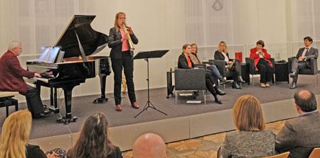 Die musikalische Umrahmung erfolgte durch Steph Winzen, Saxophon nd Fritz Walther am Flügel. © Foto: Diether v. Goddenthow