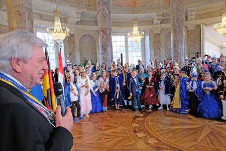 Ministerpräsident Volker Bouffier dankt den 32 Kinderprinzenpaaren in ihren wunderschönen, fantasievollen Kostümen für ihren Einsatz und dafür, dass sie Freude unter die Menschen bringen. © Foto: Diether v. Goddenthow