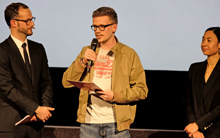 """Dion-Schumann,""""Deutschlands spannendsten FernsehKrimiDrehbuchnachwuchs"""", rechts SANDRA DUSCHL von HessenFilm und Medien. © Foto: Diether v. Goddenthow"""