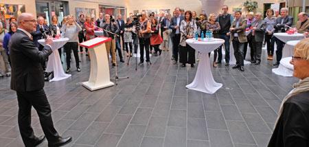 """Dr. Stefan Korbach eröffnete die Sonderausstellung """"Hinter den Spiegeln"""" in der AtriumGalerie der Sparkassenversicherung  , Bahnhofstrasse 69.© Foto: Diether v. Goddenthow"""