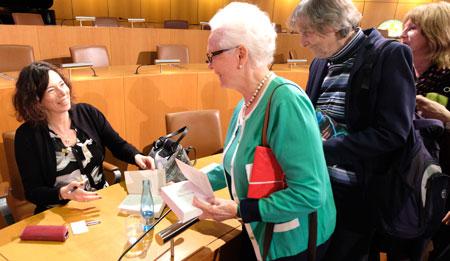 Eva Menasse, die am Freitagabend im Rathaus Mainz bei einer Lesung ihr Werk vorstellte, signierte bereits nach ihrer Amtseinführung. © Foto: Diether v. Goddenthow