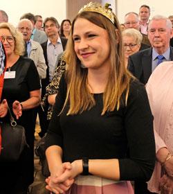 Die rheinhessische Weinkönigin Anna Göhring  verkostete mit den Gästen Weine. © Foto: H. v. Goddenthow.