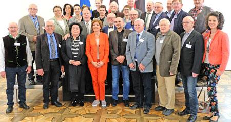 Die Delegationen der zwölf kreisfreien Städte und  24 Landkreise ließen es sich nicht nehmen ein Foto mit ihrer Ministerpräsidentin als Andenken nach Hause zu nehmen, hier des Kreises Ahrweiler.  © Foto: Atelier . v. Goddenthow.